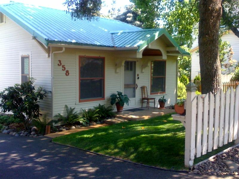 Classic 1931 Cottage - The High Street Cottage An Artists' Garden Cottage - Ashland - rentals
