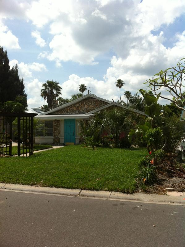 Front Yard - The Blue Cottage - Indian Rocks Beach - rentals