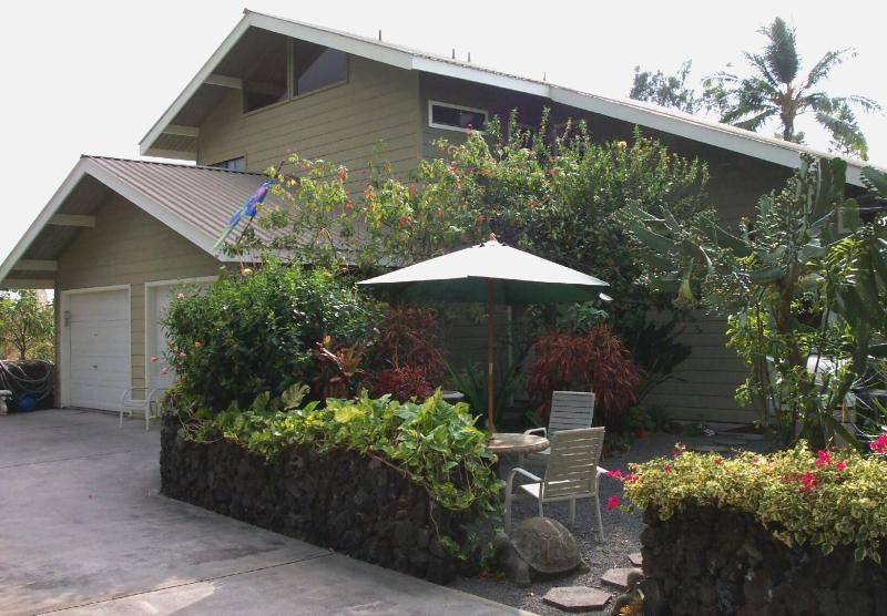 Large home & GREAT location. 2 floors both with Great Rooms and Kitchens. You get the entire home! - ~Winter Dates Beautiful 4 Bdrm Home, Right In Town - Kailua-Kona - rentals