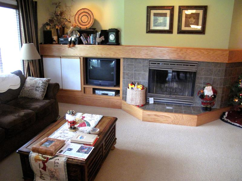 Living Room with wood burning fireplace - Kahler Glen Golf and Ski Resort Condo- 6th Fairway - Leavenworth - rentals