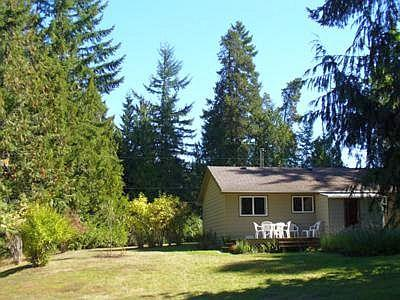 Front of cottage - Quaint Parksville 3 Bedroom Cottage Close Drive to City Centre and Beaches - Parksville - rentals