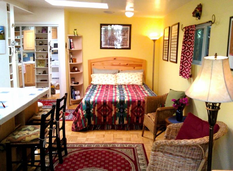 The Cottage's queen-size bed with Tempurpedic mattress & plenty of closet space - Enchanting Cottage & Gardens, Free Bikes for Beach - Santa Monica - rentals