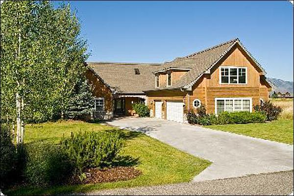 Just 5 Miles from Downtown Jackson - Incredible Teton Views - Vaulted Ceilings and a Spacious Layout (6940) - Jackson - rentals