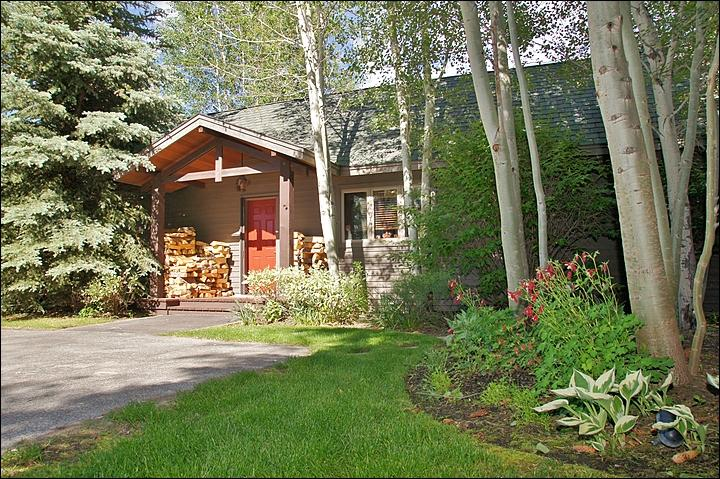The front exterior begins to show the beautiful landscaping. - Cute, Cozy Cabin with Amazing, Landscaped Grounds - Very Close to Town, yet Private & Secluded (6939) - Jackson - rentals
