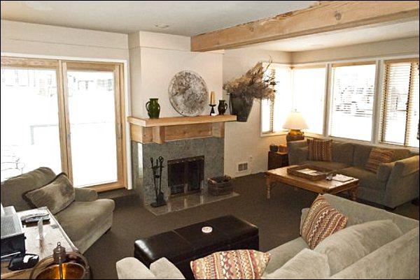 Bright and Sunny Living Room - Upscale Residence with Two Master Suites - Contemporary Country Furnishings (1030) - Ketchum - rentals