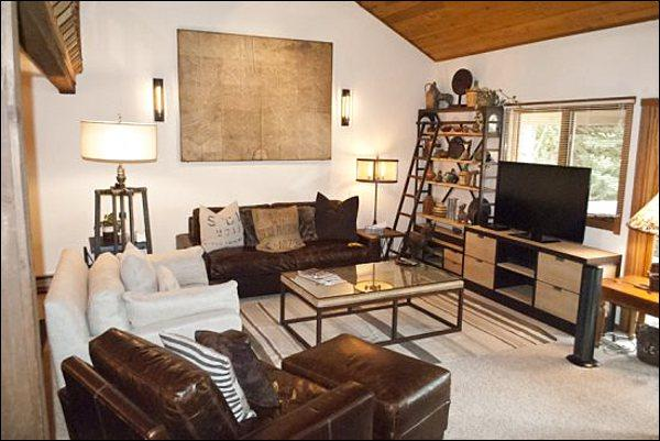 Living Room with Modern Art and Gorgeous Decor - Modern Comfort & Great Amenities - Completely Remodeled (1052) - Sun Valley - rentals