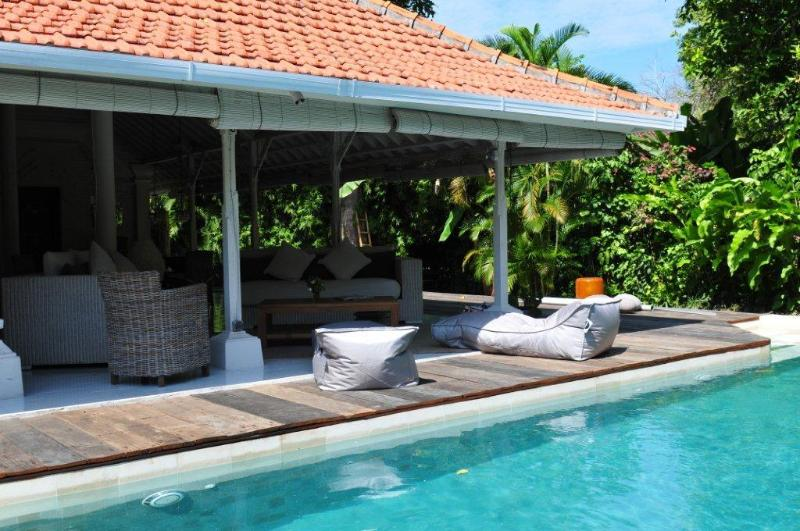 Pool loungers and Living room - Superb 4 bd Villa with pool, Sanur, Beach walk - Sanur - rentals