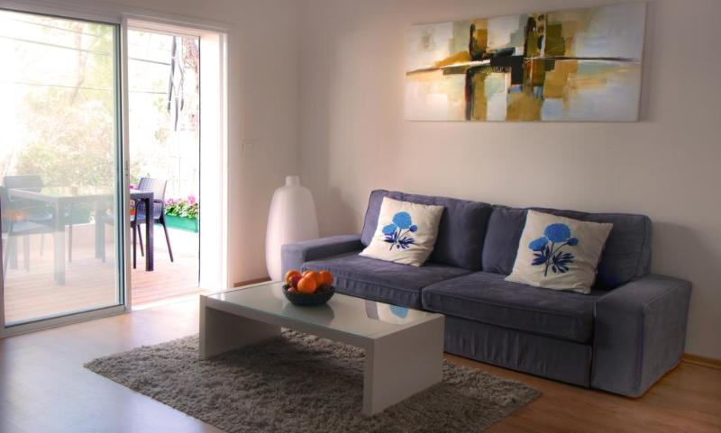 Stylish Living Room. - G A R D E N  ✿  1BR, 30 Sec walk to Gordon♒Beach! - Tel Aviv - rentals