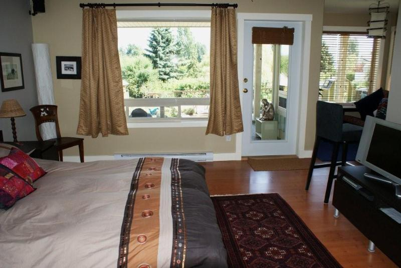 Bedroom and Entrance - Amata Guest Retreat - Salt Spring Island - rentals