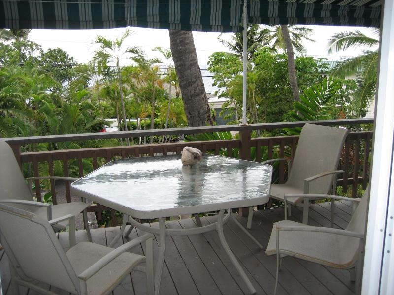 Lanai Dining Area - 2 Bedroom Kona Oceanview Apt 5 min walk to beach - Kailua-Kona - rentals