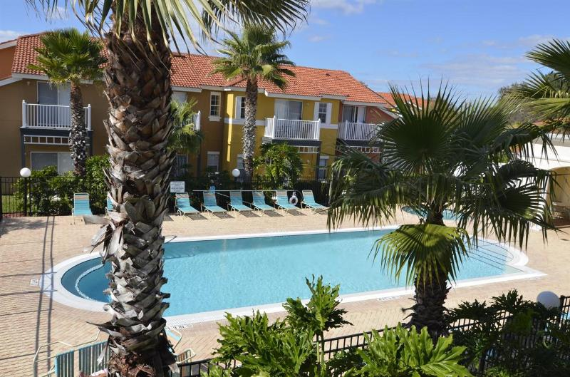 LAKE BERKLEY-(975PT) - 4BR 3.5BA Townhome 2 Master KING suites, gated Resort - Image 1 - Kissimmee - rentals
