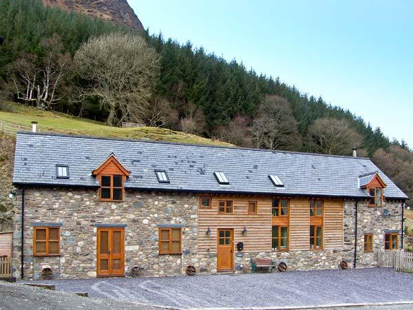 Y SGUBOR, pet friendly, luxury holiday cottage, with a garden in Llangynog, Ref 7058 - Image 1 - Llangynog - rentals