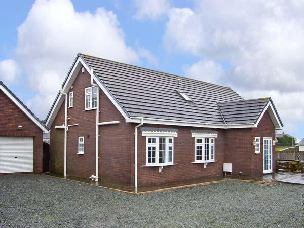 FIRHAVEN, family friendly, with a garden in Rhosneigr, Ref 13428 - Image 1 - Rhosneigr - rentals