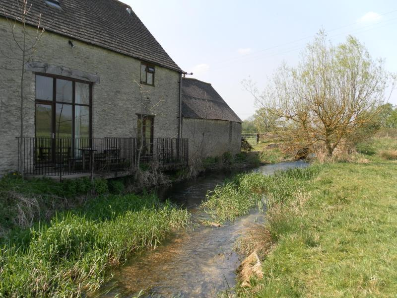 Thames Cottage Sleeps 7 - Image 1 - Cirencester - rentals