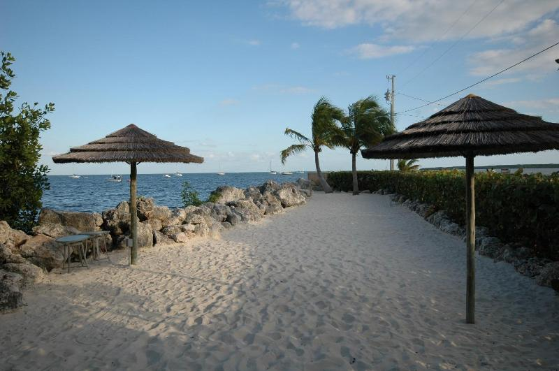 Oceanfront sunning beach - 4 Bedroom with guest quarters! 612 Mariners Club - Key Largo - rentals