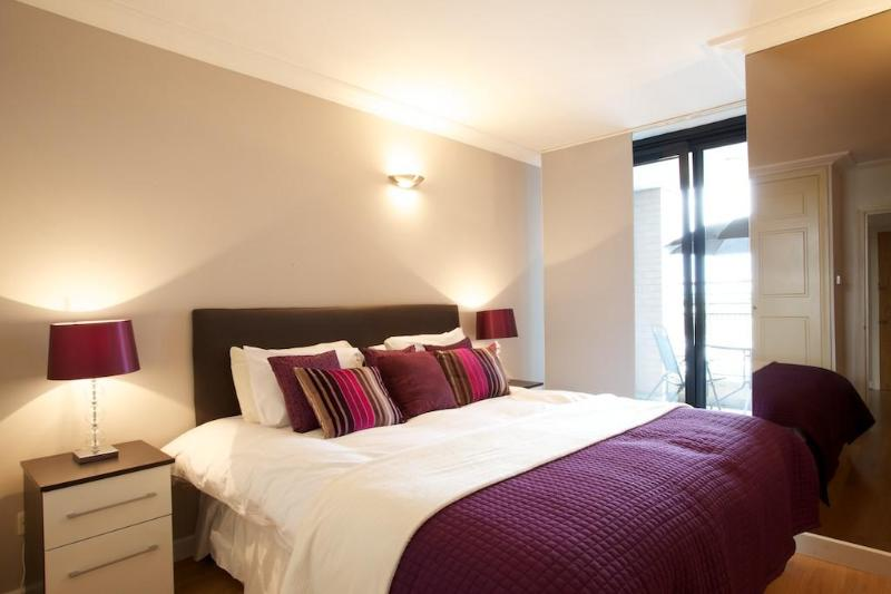 Comfortable Bedroom - Modern 2 Bedroom in the heart of South Kensington - London - rentals