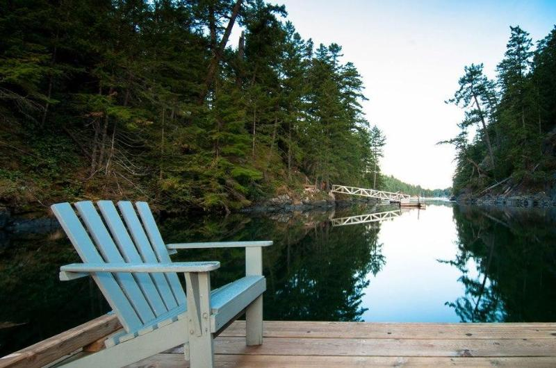 Relax on the dock - Secret Cove Treehouse cottage - Halfmoon Bay - rentals