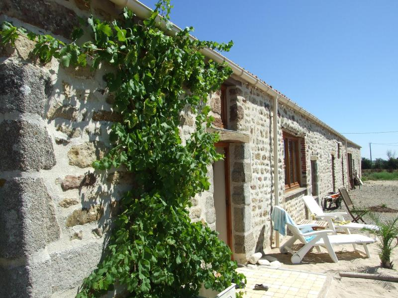 The Barn - Luxury 17th century barn 8 mins to the  beaches - Vendee - rentals