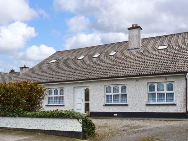 KILTARTAN HOUSE, ground floor apartment, sleeping five people, two en-suite bedrooms, with shared garden, in Ballina, Ref 11677 - Image 1 - Ballina - rentals