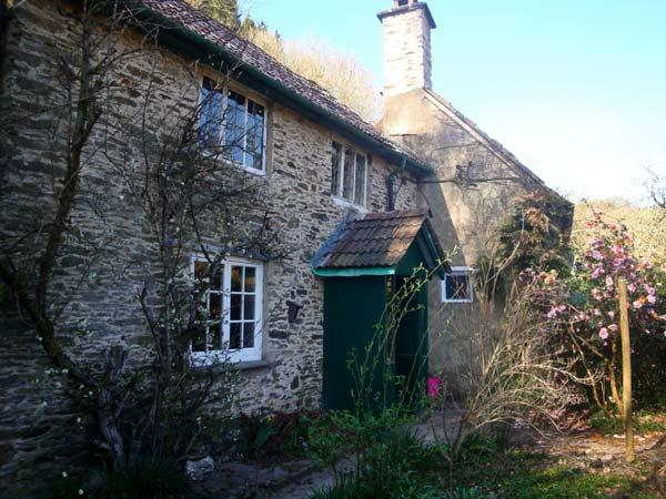 BURY CLEAVE COTTAGE, charming cottage, with two bedrooms, woodburner, and enclosed courtyard, in Bury hamlet, Ref 14368 - Image 1 - Dulverton - rentals