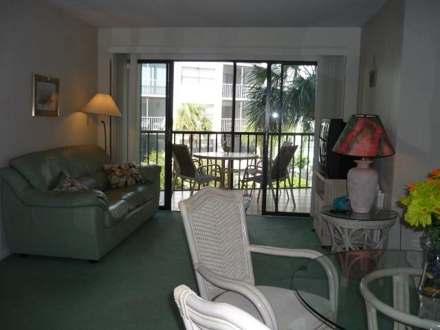 living area - Perfect location in Popular Resort featuring boat docks and Tiki Bar - Marco Island - rentals