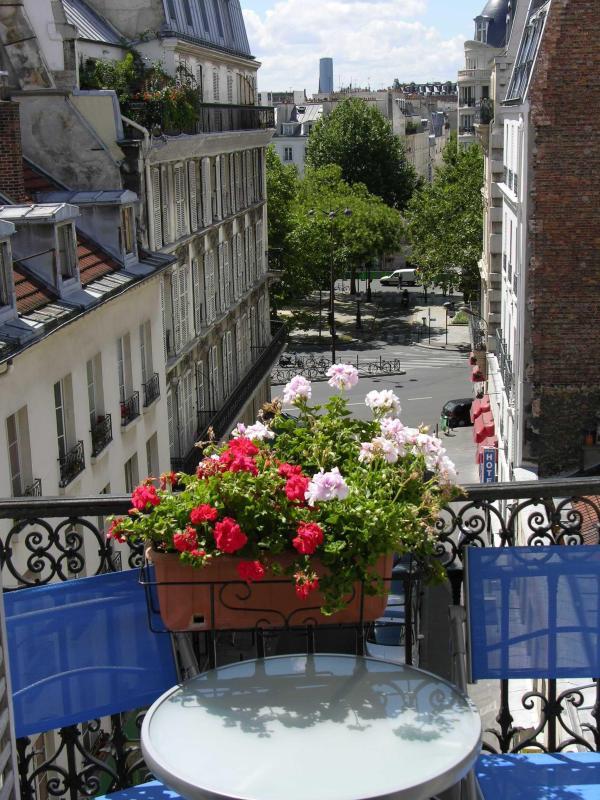 Balcony - 2 Bedroom Apartment at Folie Mericourt in Paris - Paris - rentals