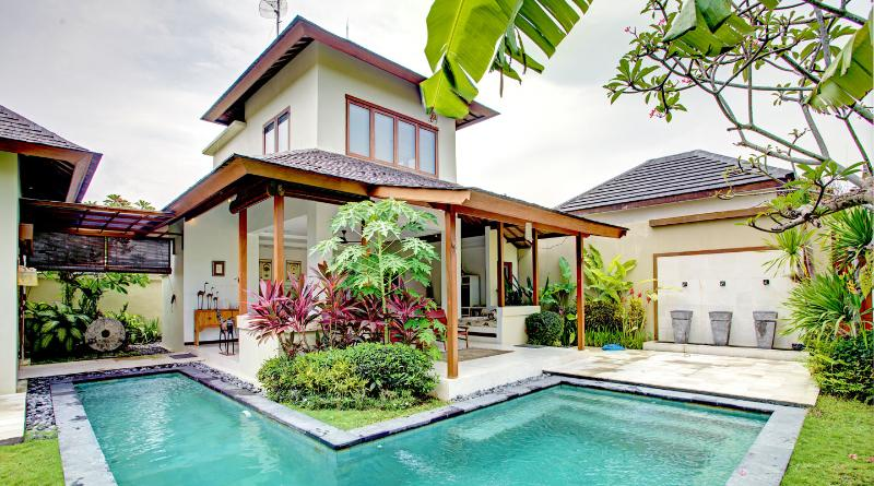Wrap around pool with water feature on the wall - Villa Shanti - elegant, chic, Seminyak villa - Seminyak - rentals