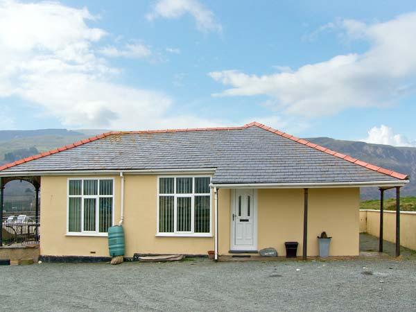 SEA CREST, family accommodation, with three bedrooms, garden, within walking distance to a sandy beach, in Fairbourne, Ref 8598 - Image 1 - Fairbourne - rentals