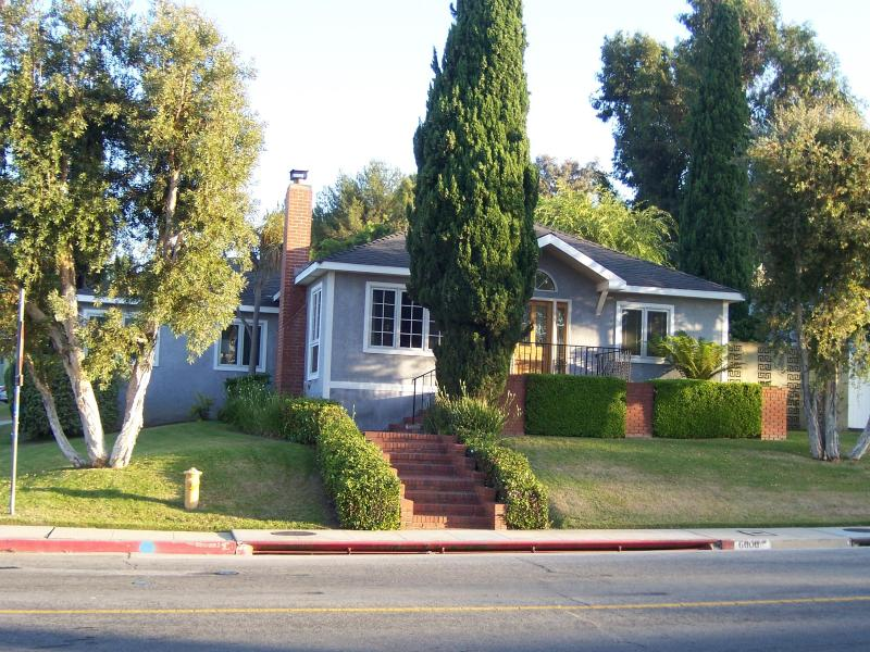 Front of House - Lovely, Convenient Location Westside Family Home - Los Angeles - rentals