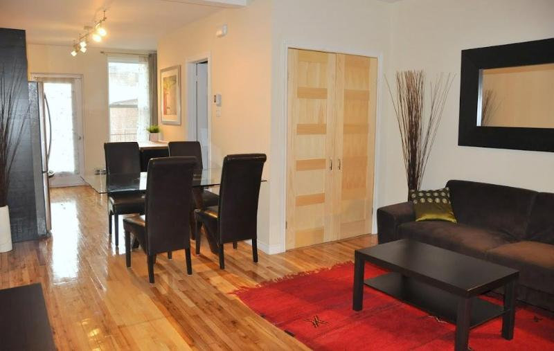 Stylish apt (600 sq.feet) close to metro: 6 guests. Private backyard with parking, patio and BBQ! - CHIC apartment close to metro: PARKING & BACKYARD - Montreal - rentals