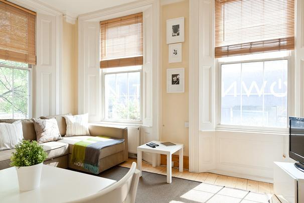 Living room graced with high ceiling windows - GORGEOUS! Apt.Camden Town - free WIFI (sleeps 4-5) - London - rentals