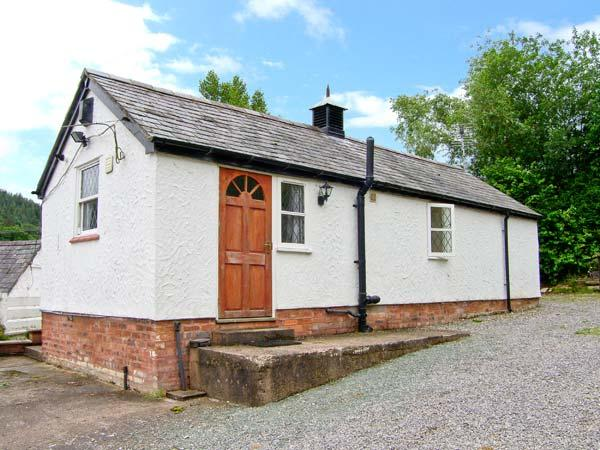 TYN Y MINFFORDD, romantic retreat, fishing pond near Ruthin Ref 14899 - Image 1 - Ruthin - rentals