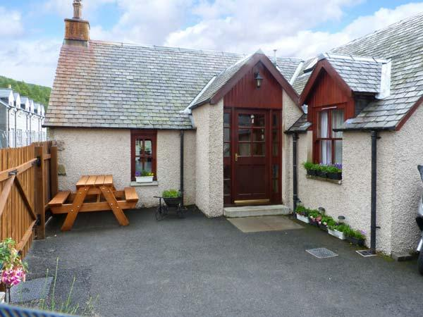 CASTLETON COTTAGE, beautiful scenery on the doorstep, woodburner, in Braemar, Ref 8465 - Image 1 - Braemar - rentals
