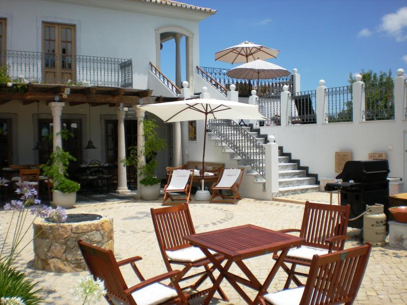 The court yard - Algarve Portugal hilltop Mansion Moncarapacho 8ps - Moncarapacho - rentals