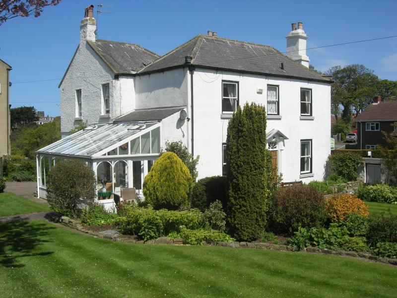 Hanover Cottage with gardens and conservatory - Hanover Cottage in central Whitby, North Yorkshire - Whitby - rentals