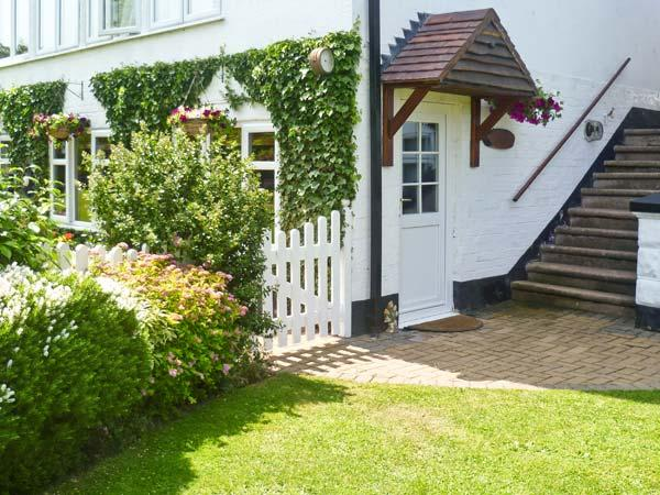 SEVERN BANK LODGE, single storey cottage, with two bedrooms, off road parking, and garden, in Astley Burf, Ref 8765 - Image 1 - Stourport on Severn - rentals