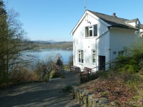 BEECH HOW COTTAGE, Bowness on Windermere - Image 1 - Bowness & Windermere - rentals