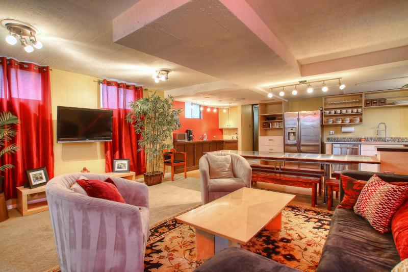 Classy Living Room and it comes with Cable and ESPN! - Great for Weddings,Reunions,Gatherings - Downtown - Seattle - rentals