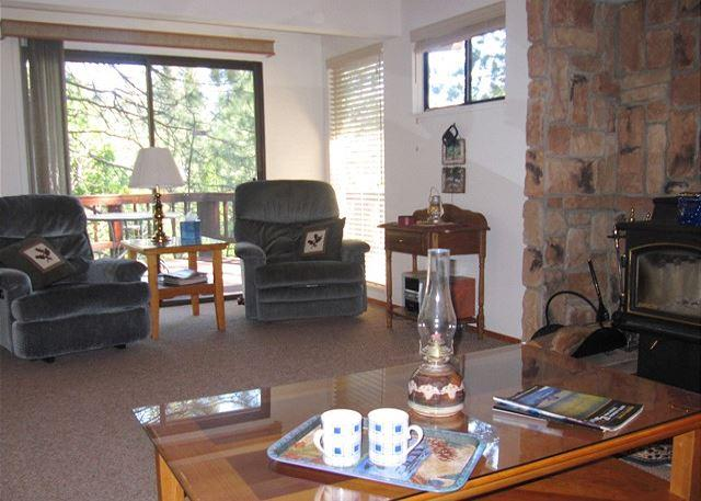 Comfortable Blue Lake Springs cabin with access to Sequoia Woods Golf Course - Image 1 - Arnold - rentals