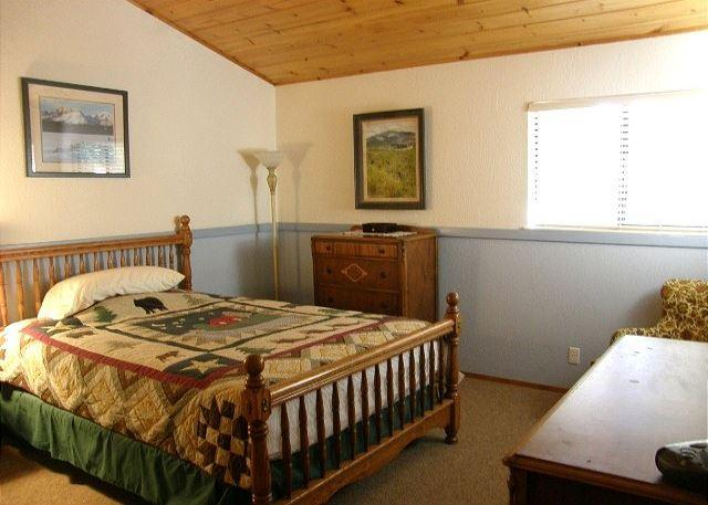 Upstairs guest room - Comfortable Blue Lake Springs cabin with access to Sequoia Woods Golf Course - Arnold - rentals