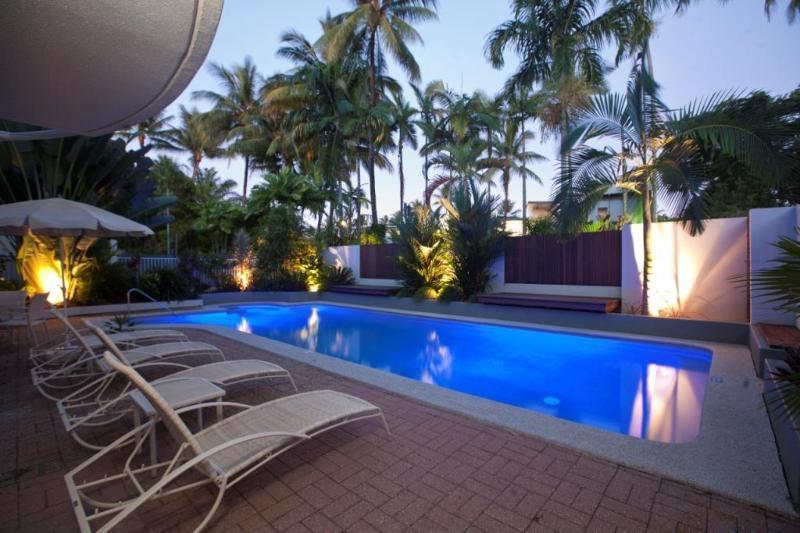 Pool by night - SUNSEEKER PENTHOUSE, ROOFTOP TERRACE, FREE WIFI(2) - Port Douglas - rentals
