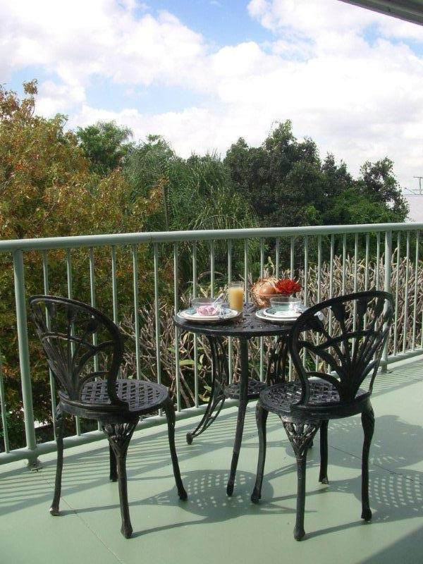 Latrobe Haven balcony 1 - 3 bedroom in Paddington cafe precinct 2 km to city - Brisbane - rentals