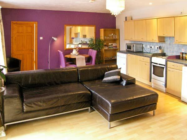 BAMBOO PLACE, ground floor accommodation, king-size bed, central location in Blaenau Ffestiniog, Ref 15203 - Image 1 - Blaenau Ffestiniog - rentals
