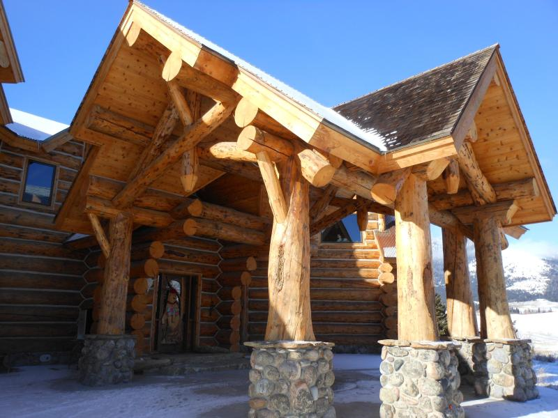 Lodge entrance #1 car port bear carved door - Yellowstone Park LODGE rock fireplace - Gardiner - rentals