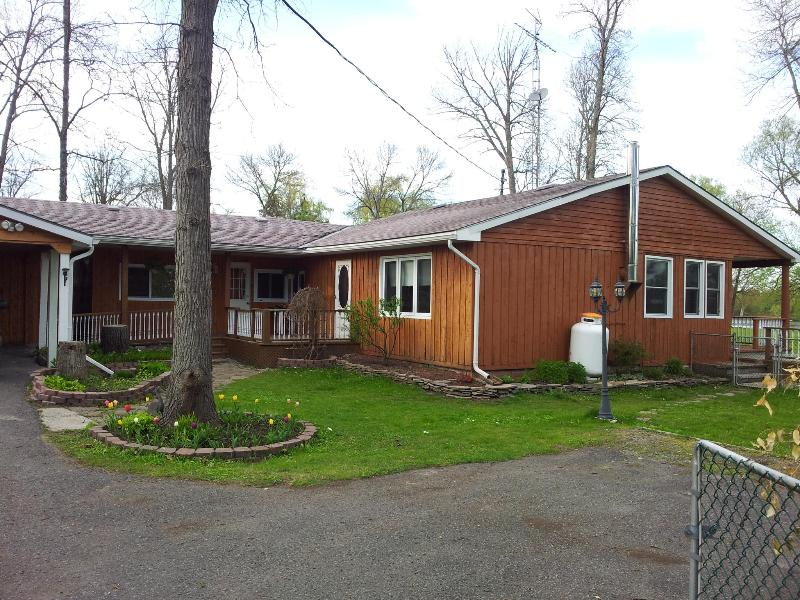Front yard - Beautiful cottage in the heart of Trent River - Campbellford - rentals