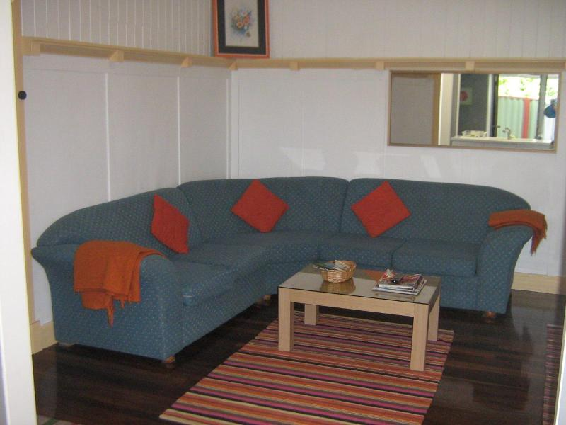 Hope House lounge - 4 bedroom close to shops & 4 km to Brisbane city - Brisbane - rentals