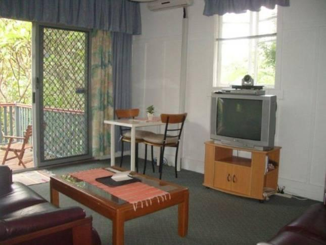 Abbey Cottage lounge - 2 bedroom in Paddington cafe precinct 2km to city - Brisbane - rentals