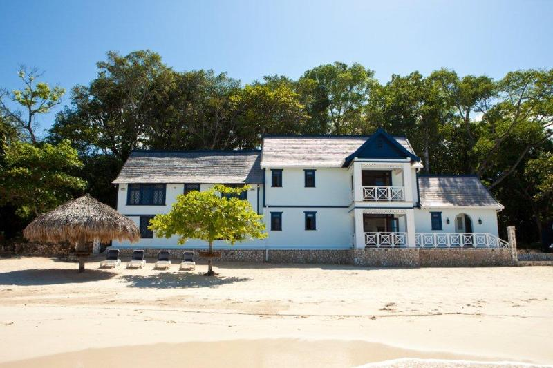 PARADISE PFF -  43619 - CAPTIVATING   6 BED   BEAUTIFUL BEACHFRONT VILLA WITH POOL - OCHO RIOS - Image 1 - Ocho Rios - rentals