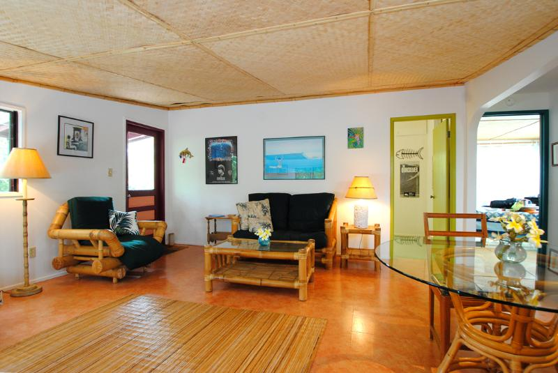 comfortable charming island style living/dining room - Charming Hawaiian style cottage, walk to beach! - Paia - rentals