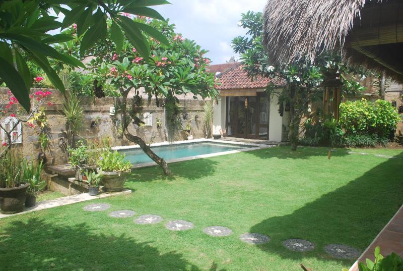 garden with pool - Villa Impian, a cosy 3 bedroom villa with pool - Kerobokan - rentals